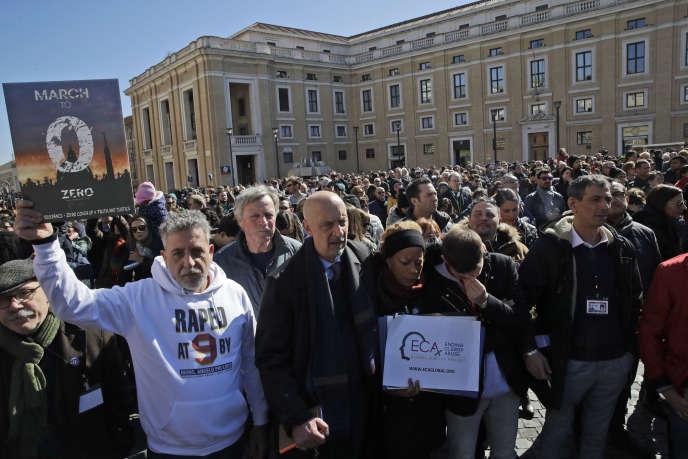 Molte vittime di abusi sessuali commessi all'interno della Chiesa cattolica hanno dimostrato domenica 24 di febbraio in Piazza San Pietro a Roma.