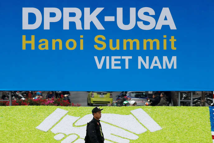 Devant le centre qui accueillera le sommet américano-coréen, le 25 février à Hanoi.