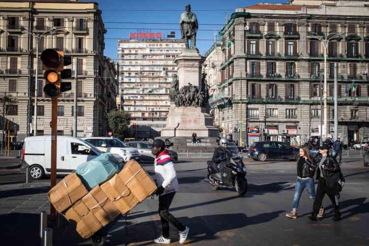 La place Garibaldi est un lieu de rendez-vous des immigrés de Naples. «Si tu regardes bien, ce sont les Sénégalais et les Algériens qui travaillent, pendant que mes frères camerounais sirotent des verres, sapés avec des marques italiennes», déplore Pascal.
