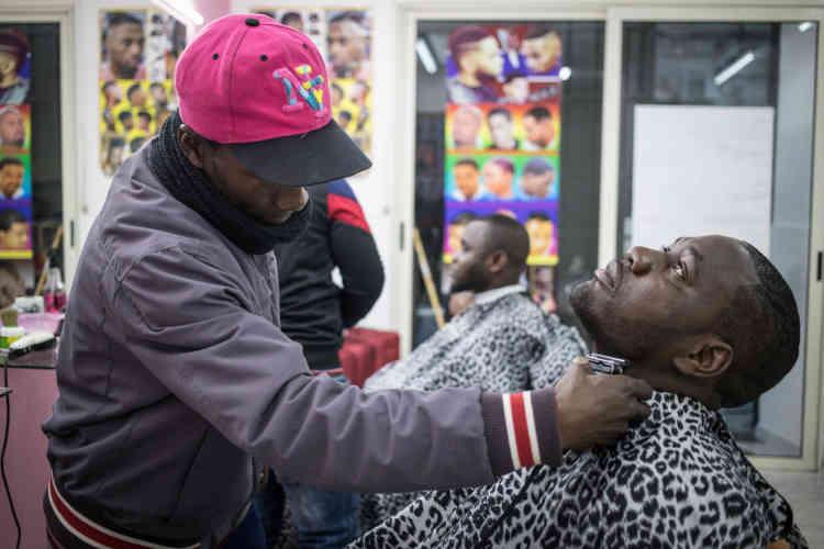 Pascal a l'habitude de se faire coiffer par un ami ghanéen. «Je dois être présentable pour ma formation de barman qui commence lundi.»