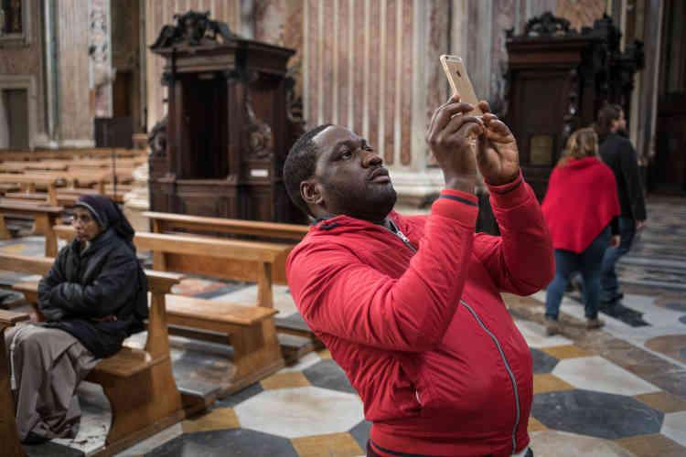 Pascal est surpris de découvrir l'église du Gesù Nuovo, qui date de 1584. Il multiplie les photos et les selfies pour les montrer à ses proches.