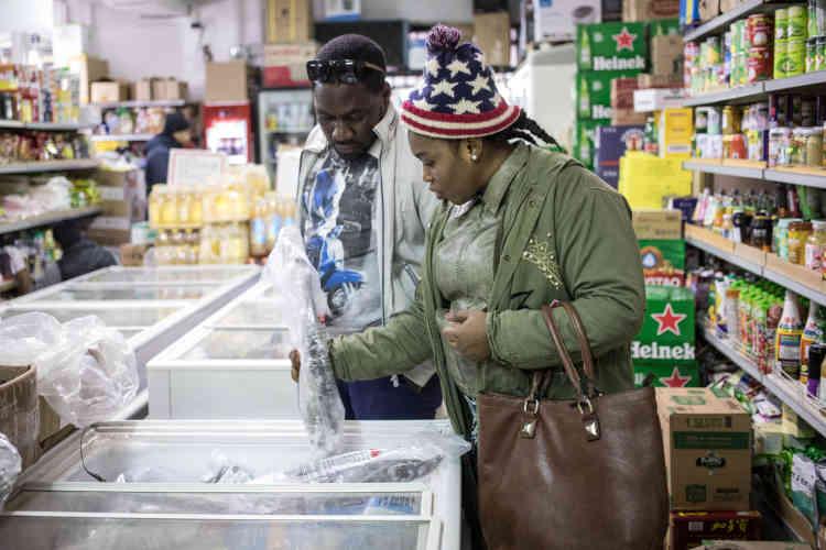 Olga et Pascal font leurs courses dans un magasin situé à deux pas de la place Garibaldi. C'est ici qu'ils achètent les ingrédients pour préparer des mets camerounais.