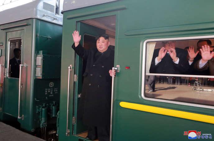 Le leader nord-coréen, Kim Jong-un, le 23 février, à Pyongyang, dans un train à destination du Vietnam.