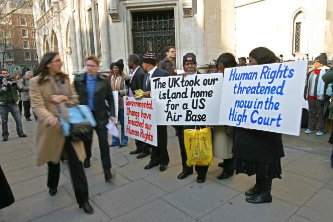 Les insulaires chagossiens maifestent devant la cour d'appel de Londre, le 5 février 2007, où ils attendent une décision de justice empêchant les insulaires de retourner vivre chez eux, dans l'archipel des Chagos, dans l'océan Indien.