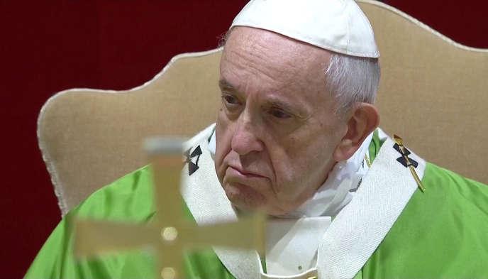 Le pape François célébrant la messe dans la salle Regia du Vatican, le 24 février.