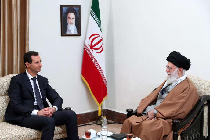 Sur cette photo publiée par un site officiel du bureau du leader suprême iranien, l'ayatollah Ali Khamenei parle avec le président syrien, Bashar Al-Assad, lors de leur réunion à Téhéran, en Iran, le lundi 25 février 2019.