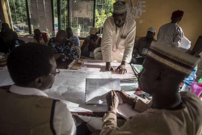 Des agents de la commission électorale nigériane décomptent les votes à Kaduna, le 24février 2019.