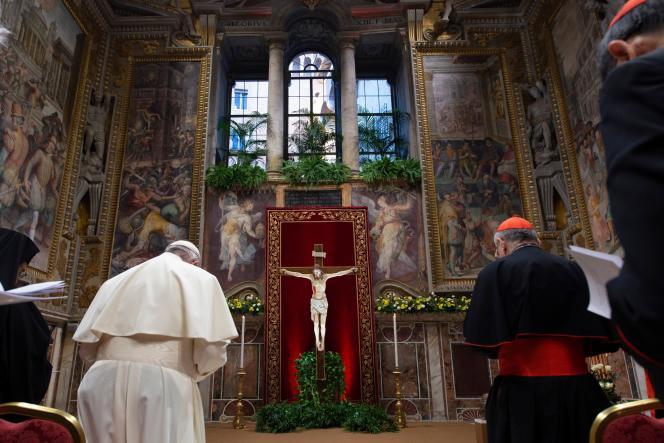 Le pape François en train de prier, au cours de la quatrième et dernière journée du sommet mondial pour lutter contre la pédophilie dans l'Eglise catholique, le 24février2019.