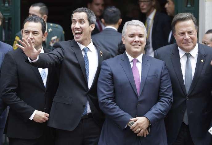 Le président autoproclamé du Venezuela, Juan Guaido, accompagné du président guatémaltèque, Jimmy Morales, du président colombien, Ivan Duque, et du président panaméen, Juan Carlos Varela, lors de la réunion du groupe de Lima, en Colombie, lundi 25 février 2019.