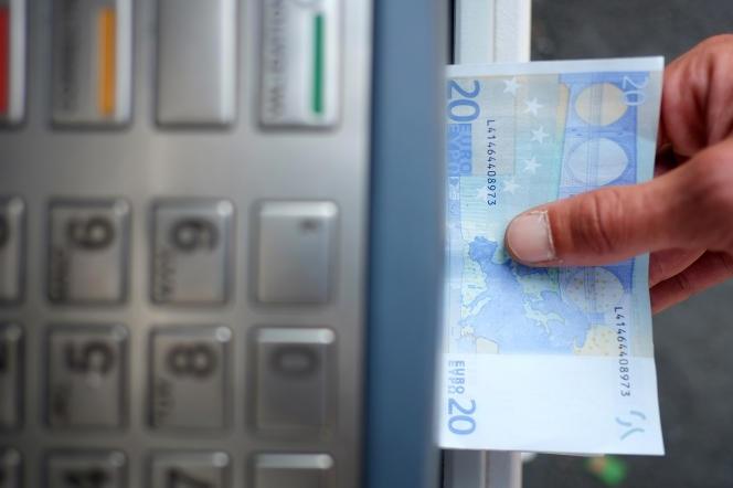 Un distributeur automatique de billets (DAB) de La Banque postale à Carquefou (Loire-Atlantique), le 10 septembre 2014.Près de 2500 DAB ont disparu entre 2015 et 2017 en France,leur nombre passant de 58300 à 55800.
