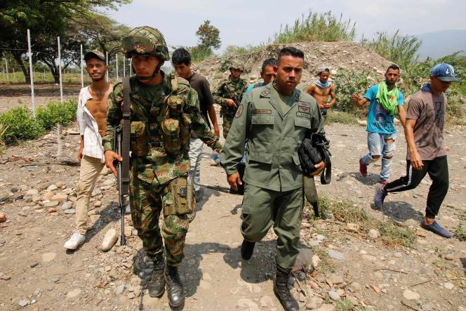 Un déserteur vénézuélien, escorté par un soldat colombien, àCucuta(Colombie), le 24 février.