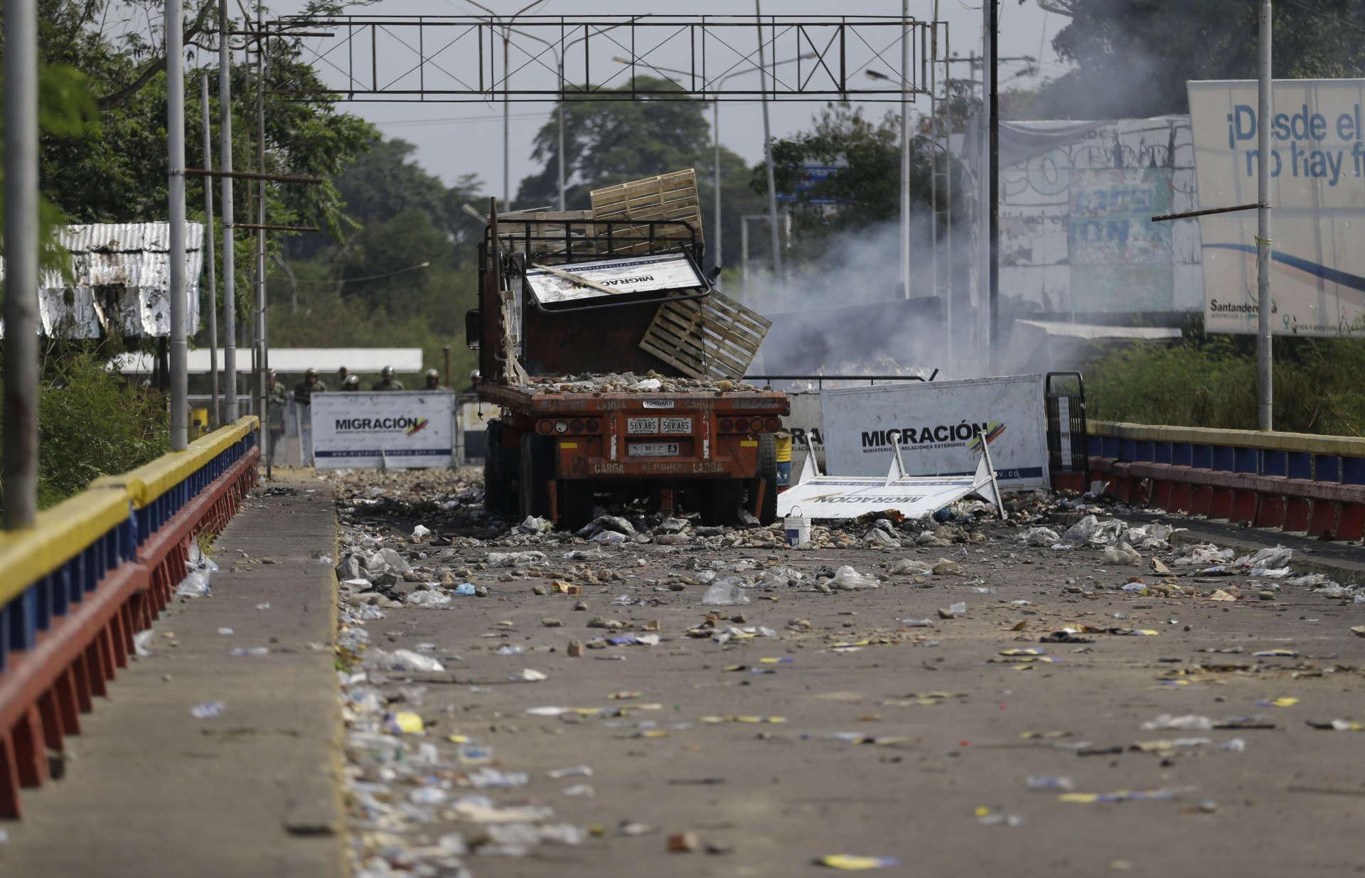 A 15 km au nord, un camion d'aide humanitaire a été bloqué puis vidé sur le pontFrancisco-de-Paula-Santander, qui relie la Colombie et le Venezuela.