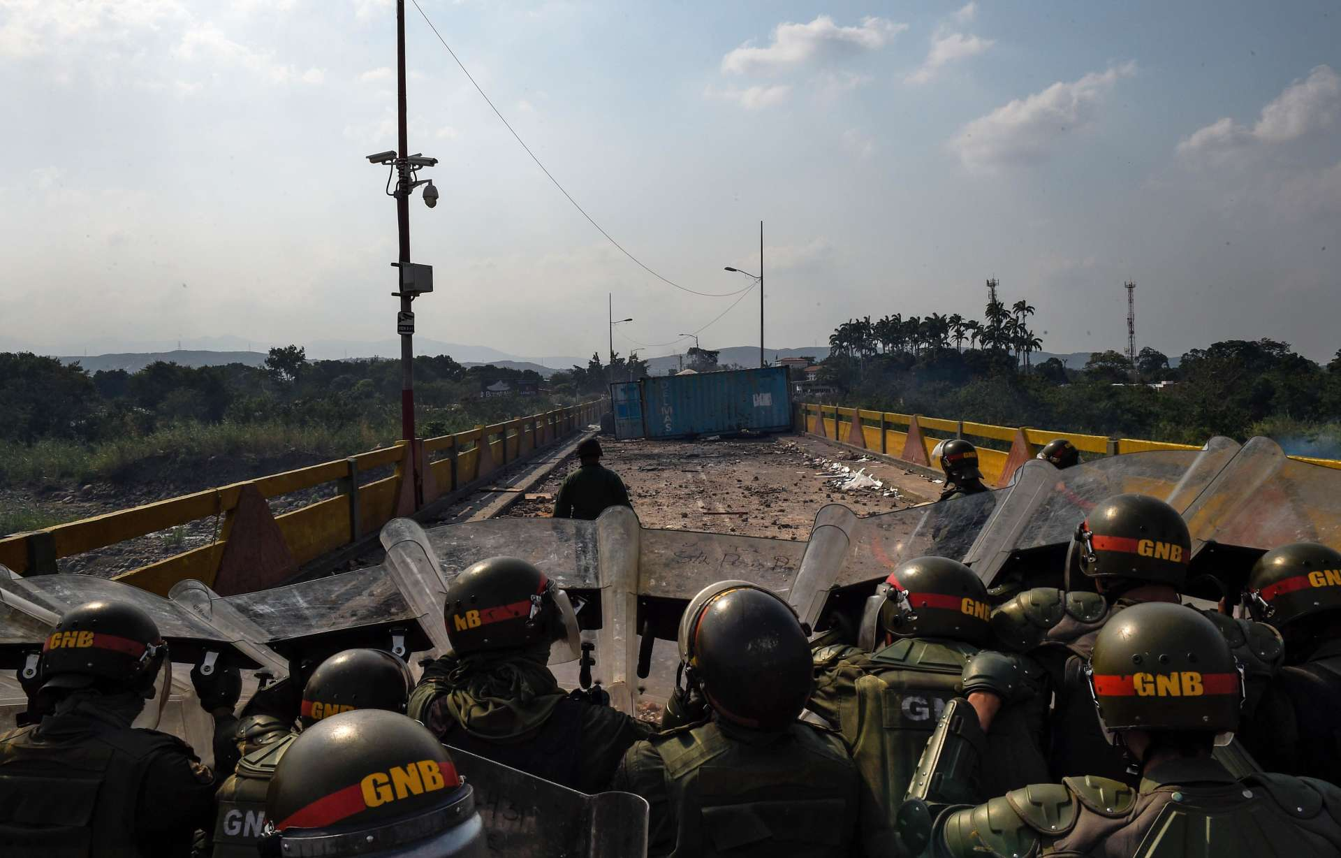Des membres de lagarde nationale bolivarienne sur le pont international Simon-Bolivar, à la frontière entre le Venezuela et la Colombie, le 24février.
