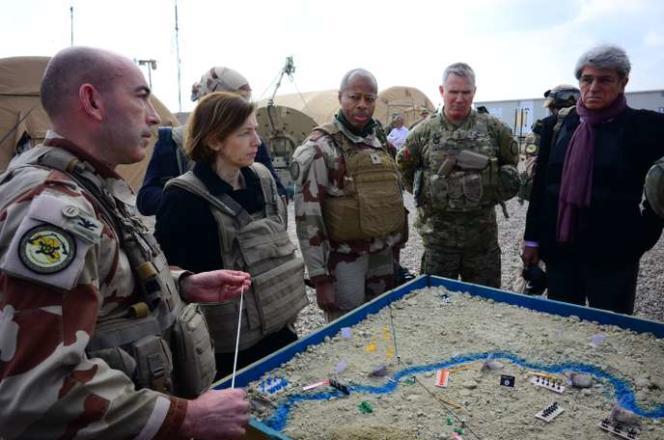 Le colonel François-Régis Legrier (à gauche) avec la ministre de la défense, Florence Parly (au centre), le général français Jean-Marc Vigilant, le général américain Paul LaCamera et l'ambassadeur français en Irak, Bruno Aubert, sur une base près d'Al-Qaim, en Irak, le 9 février.