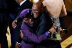 Le réalisateur Spike Lee reçoit l'Oscar du meilleur scénario adapté des mains de Samuel L. Jackson.