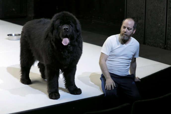Arthur Nauzyciel avec le chien Elboy dans« L'Art du théâtre», de et mis en scène par Pascal Rambert.