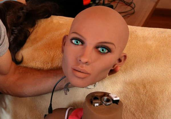 L'ingénieur Sergi Santos tient la tête de Samantha, une poupée sexuelle qui peut répondre à des stimulus verbaux, à Barcelone, le 31 mars 2017.