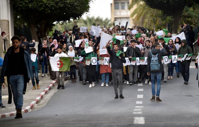 Manifestation étudiante sur le campus de l'université d'Alger pour protester contre la candidature d'Abdelaziz Bouteflika, le 26 février.