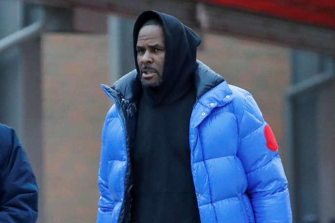 Le chanteur R. Kelly quitte la prison de Cook County, à Chicago, dans l'Illinois, le 25 février.
