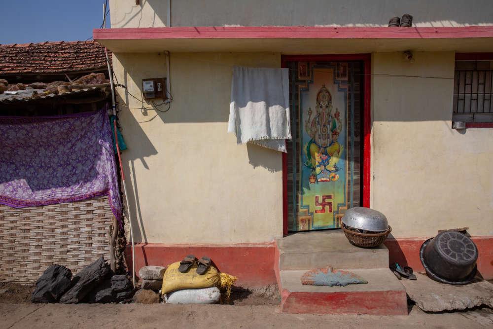 Encerclée par une centrale thermique, une usine sidérurgique et une cimenterie, ainsi que par plusieurs mines à ciel ouvert, la ville de Ghugus, près de Chandrapur, consomme le charbon domestique au quotidien, notamment en cuisine.