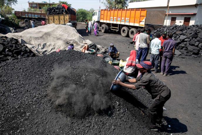 Chargement de charbon près du site minier de Chandrapur dans l'Etat indien du Maharashtra, le 31 janvier.