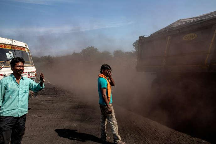 Au bord de la route menant à la mine de Padmapur, des chauffeurs de poids lourds attendent leur tour pour charger leur cargaison de charbon, sans aucune protection contre les particules en suspension.