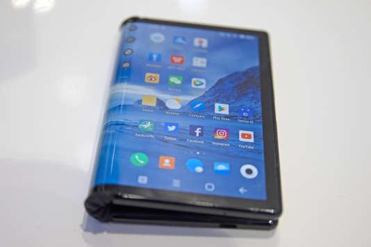 Le Flexpai en position repliée. L'écran de ce modèle de Royole est intégralement enplastique, un matériau bien moins protecteur que le verre.