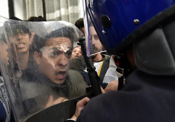 Faceà face entre un étudiant et un policier durant la manifestation étudiante contre la candidature d'Abdelaziz Bouteflika, à Alger, le 26 février.