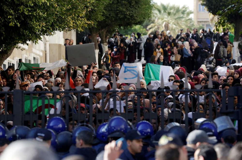 Les agents de sécurité de l'université ont cadenassé les grilles pour empêcher les étudiants de sortir, ont constaté des journalistes de l'Agence France-Presse.