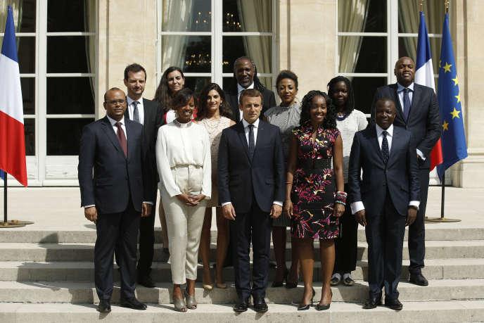 إيمانويل ماكرون محاط بأعضاء المجلس الرئاسي لأفريقيا ، في قصر الإليزيه ، أغسطس 29 2017.