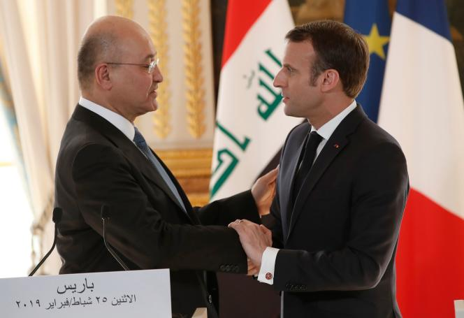 Le président français, Emmanuel Macron, et le président irakien, Barham Saleh, lors d'une conférence de presse, à l'Elysée, le 25 février.