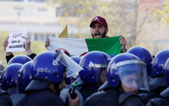 Un manifestant interpelle les policiers, à Alger, le 22février 2019.