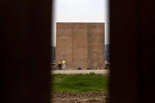 Des ouvriers sur le chantier du mur à la frontière entre les Etats-Unis et le Mexique, près de Tijuana (Mexique), le 26 février.