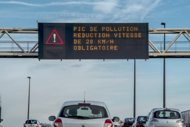 Limitation de vitesse lors d'un pic de pollution de l'air à Lille, en décembre 2016.