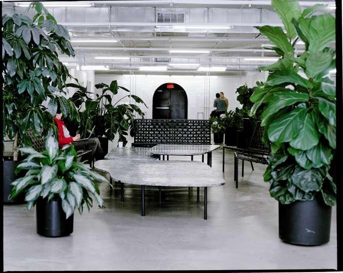 Style industriel, noir et blanc, béton ciré et verre habillent les espaces communs et la salle de sport du siège de SSENSE, dans le quartier de Chabanel, à Montréal.