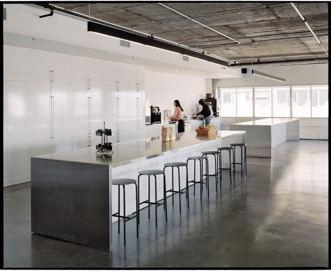 Le siège reflète la culture nord-américaine : espace cuisine, tables à partager, et bureaux modulables.