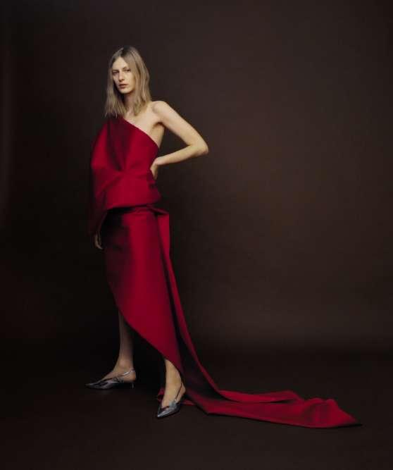 Robe en satin, Balenciaga. Escarpins en cuir verni, Givenchy.