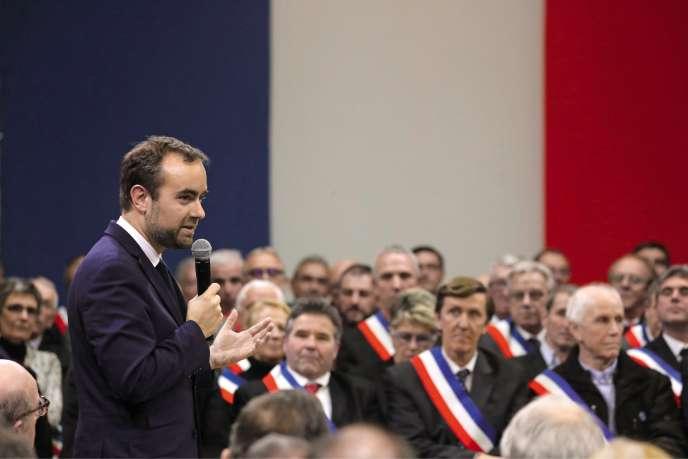 Avec le grand débat, le ministre des collectivités territoriales se fait le VRP du macronisme auprès des élus de terrain, à Souillac (Lot), en janvier.