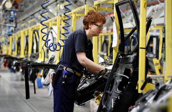 Sur la chaîne d'assemblage des portes à l'usine Volvo de Göteborg, en Suède.