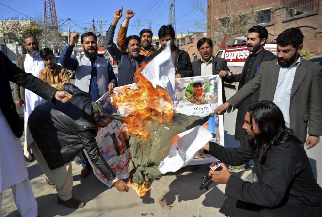 Des manifestants pakistanais brûlent une affiche du premier ministre indien, Narendra Modi, le 27 février, à Peshawar.