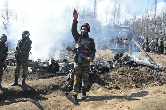 Les restes d'un hélicoptère indien, du côté indien de la frontière au Cachemire.