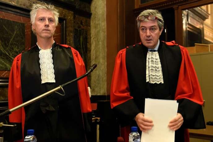 Les procureurs du parquet fédéral belge Yves Moreau et Bernard Michel, au Palais de justice de Bruxelles, le 29 janvier.