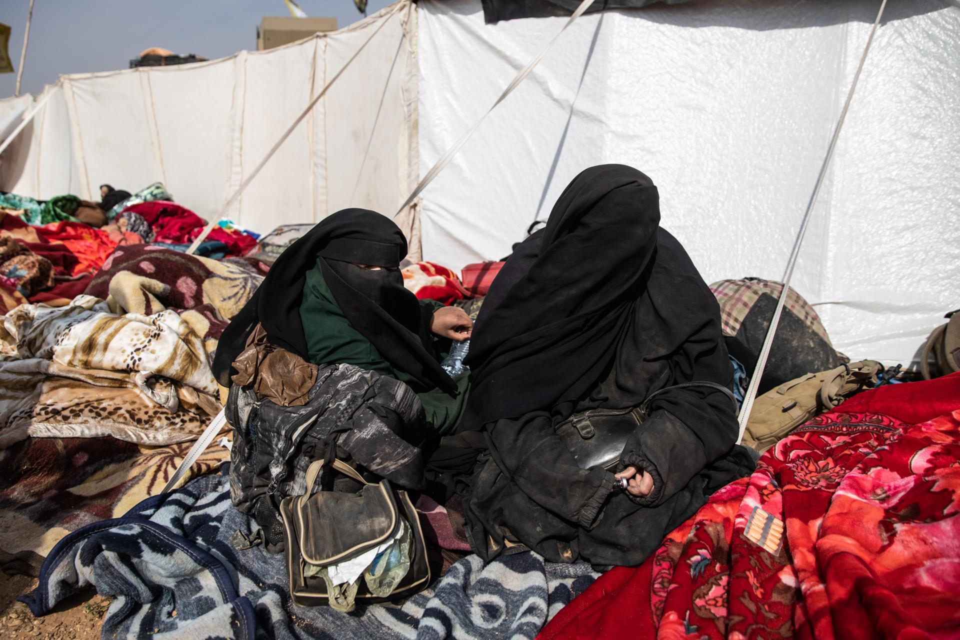Les civils blessés ou malades sont pris en charge par l'ONG Free Burma Rangers. A droite, Samira, une algérienne qui vient de sortir de Baghouz avec ses deux filles.