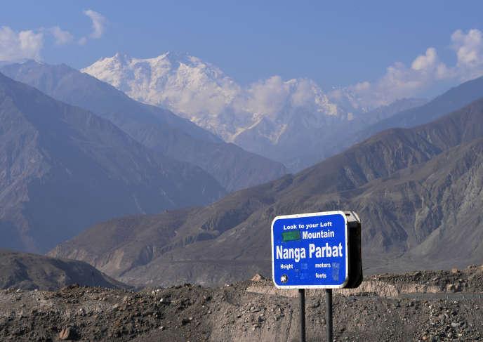 Le Nanga Parbat (en arrière-plan) fait partie des quatorze plus hauts sommets de la planète, culminant à 8 126 mètres.