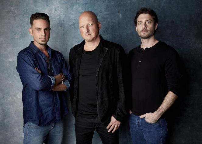 Au centre : le réalisateur du documentaire, Dan Reed,entouré des deux hommes ayant témoigné dans son film : Wade Robson et James Safechuck.