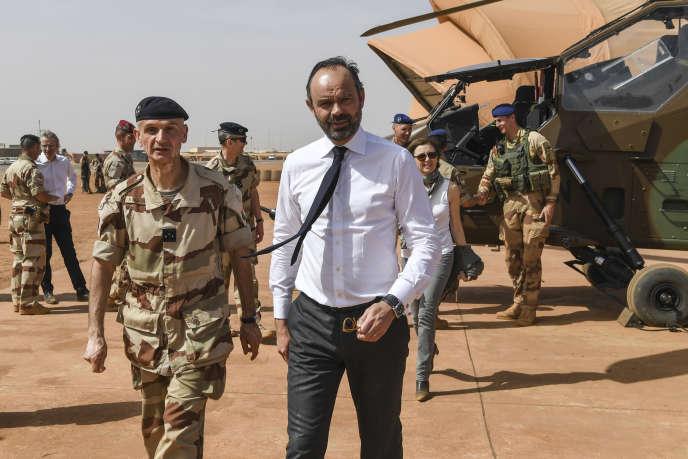 Le général Frédéric Blachon, commandant de la force « Barkhane» (à gauche), en compagnie du premier ministre Edouard Philippe, à Gao, au Mali, le 24 février 2019.