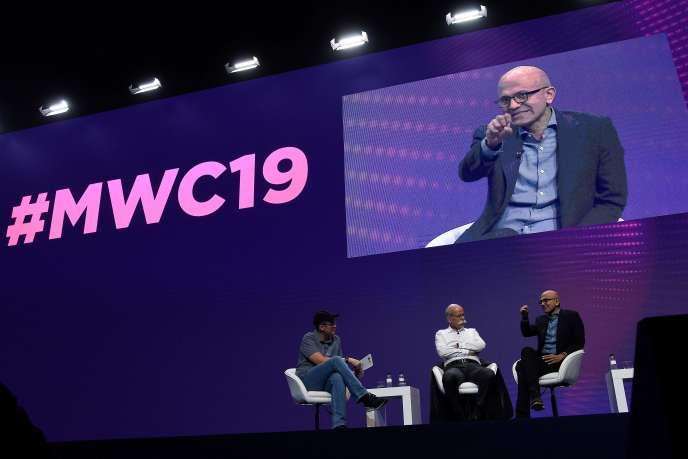 Satya Nadella (à droite), PDG de Microsoft, et Dieter Zetsche (au centre), président de Daimler, au Mobile World Congress 2019, à Barcelone, le 25 février.