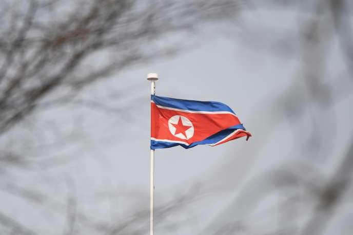 Drapeau flottant sur l'ambassade nord-coréenne à Pékin.