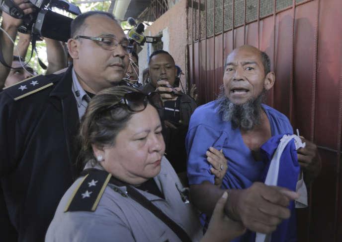 Alex Vanegas, ancien prisonnier politique et opposant au régime d'Ortega, lors de sa libération de la prison de« La Modelo» à Managua au Nicaragua, le 27 février.