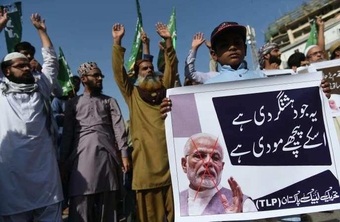 Manifestation à Karachi (Pakistan), le 24 février. Sur la pancarte, le dirigeant indien, Narendra Modi. RIZWAN TABASSUM/AFP